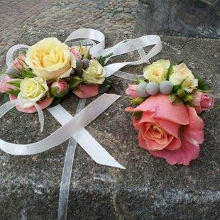 Romantiska rokassprādze un eleganta ziedu piespraude.