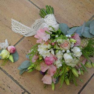 Eleganta ziedu piespraude un līgavas pušķis.